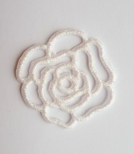 Siuvinėta klijuojama aplikacija balta gėlė